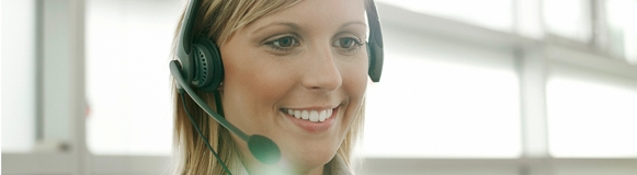 Call-Center Agent telefoniert mit Mieterin